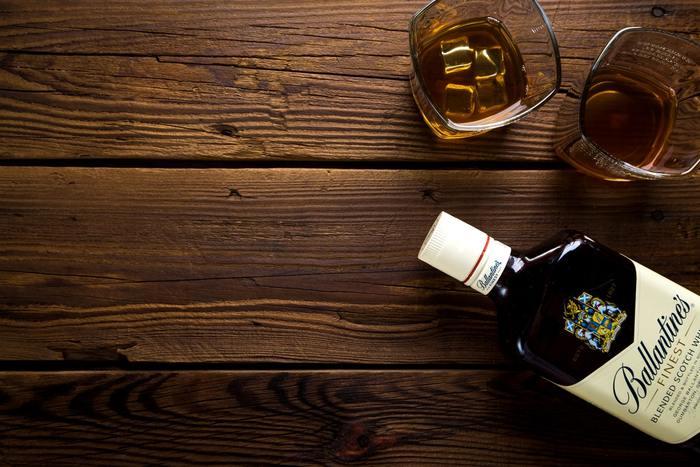 チョコの甘みを引き立てるドライでスパイシーな味わいのウィスキーをチョイスして。 ちなみに生チョコに合うウィスキーの飲み方はロック。 生チョコは冷やすことでよりお酒と合うのだとか。
