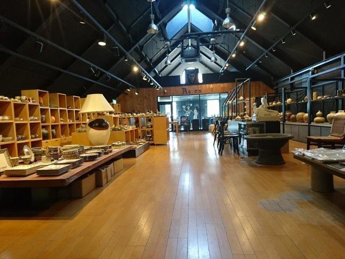 1874(明治7)年に創業以来140年余、信楽の焼き物をを生産してきた「信楽陶舗 大小屋」。三角屋根のタイルばりの外装が目を引く店舗は、一見ミュージアムを思わせます。女優で陶芸家・結城美栄子さんの作品を展示販売するギャラリー「RAVEN」も併設し、ショップを中心にカフェや作陶教室なども備えています。