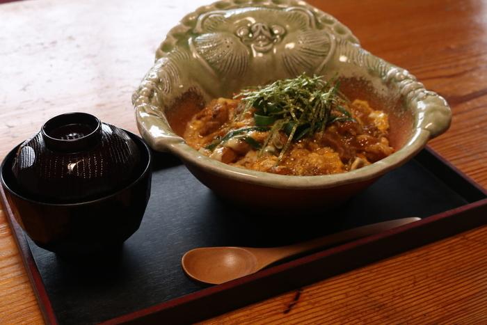 お食事コーナーで人気の「オリジナル丼 分福丼」は、近江地鶏の親子丼です。たぬきの器が楽しいですね。温泉卵・天かすなどの具がのり、ぶっかけでいただく「狸うどん」も、たぬきの器で供されますよ。