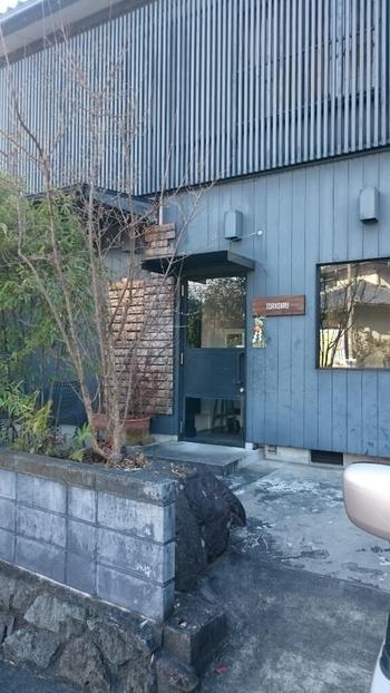 陶芸の森やMIHOミュージアムの近くにあるギャラリー・カフェ「TORASARU」は、ひときは目を引くスタイリッシュな佇まいです。