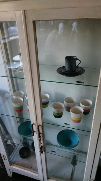 暮らしの道具であると同時に、美しい表現としての器をセレクト・販売しています。カフェで使用しているカップやプレートもあり、手に触れて使って試せるのは嬉しいですね。