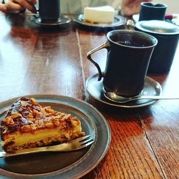 オオヤコーヒー焙煎所(KAFE工船)で焙煎された新鮮なコーヒー豆を使い、注文毎に丁寧にドリップするコーヒーは一度飲んだら忘れられない味です。こだわりの素材を使い毎朝焼かれるチーズケーキのコクと酸味が、自慢のコーヒーに合います。
