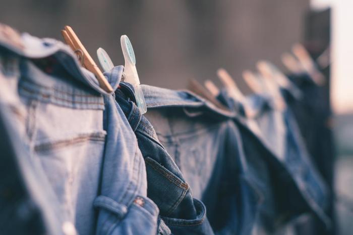 前身頃や後身頃、袖や襟など洋服は生地どうしが重なっている部分が多いほど乾きにくくなります。できるだけ生地の重なりを解消しながら干すことがポイントになってきますよ。
