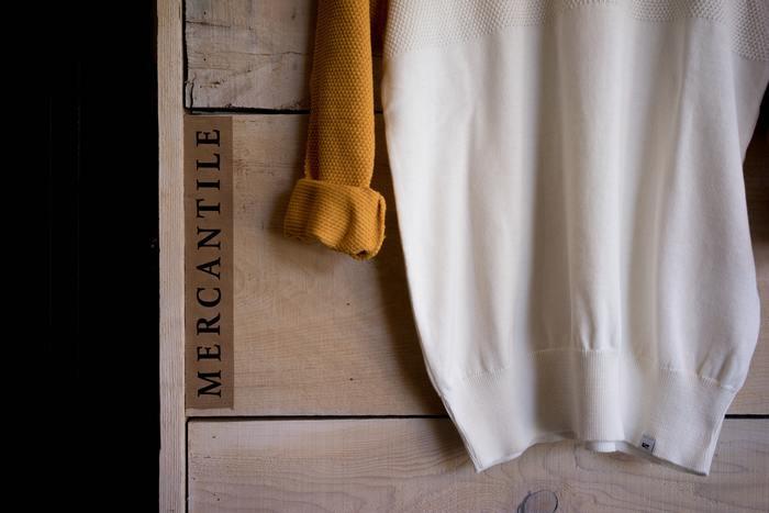厚手のジャケットやニットなどの衣類の隅々まで風通しを良くするには、立体的な型をキープするのが1番。前身頃と後身頃が張りつかないよう、物干し竿やポールに直接袖通しする方法もおすすめ。枚数は干せませんが、乾いたあとの形状もピシっときれいです。
