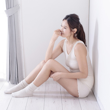 あったか下着はプチプライスから高級品まで、お値段の幅も広いですが、シルク&日本製という『上質インナー』に投資するのもいいかもしれません。こちらの「絹がさね」シリーズは、天然素材のシルクを内側に、外側にガーゼコットンの生地使ったインナーで、軽くて暖かく、お肌にも優しいといいこと尽くし。
