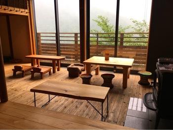 築50年の建物を改装してできたこちらには、足湯のあるカフェはもちろん、ギャラリー、ショップなどを楽しむこともできますよ。