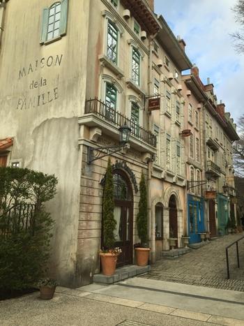 20世紀初頭のフランスの街並みを再現した、王さま通り。街灯や看板、マンホールまでとてもよくデザインされており、フランスにいるような気分を味わえます。