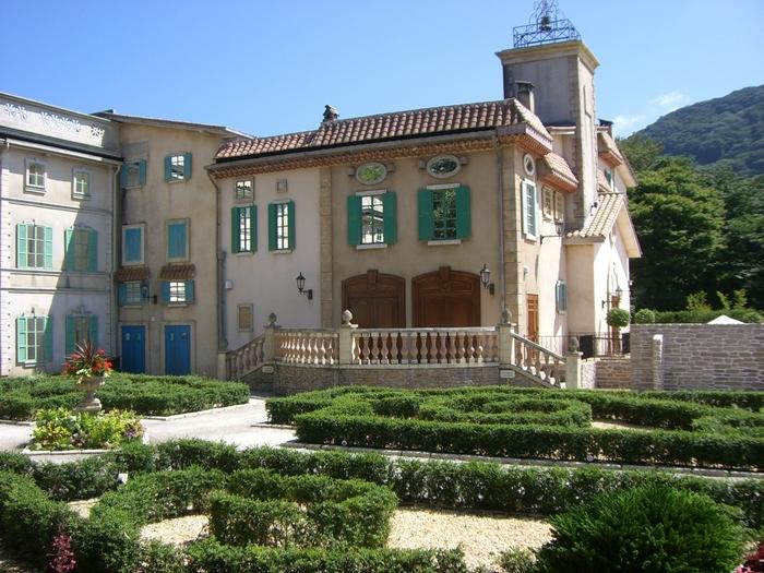 サン=テグジュペリが幼いころに過ごしたお城、サン=モーリス・ド・レマンス城と庭園を再現したスペースは、いつもきれいに整えられて、四季の花を楽しむことができます。