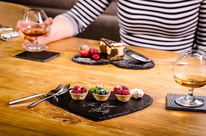 芳醇な香りと濃厚な味わいのフランス産高級ブランデーでリッチなひと時。 口に含んだ瞬間ひろがるヘーゼルナッツやバニラの香りはチョコレートのおいしさをより一層引き立ててくれます。