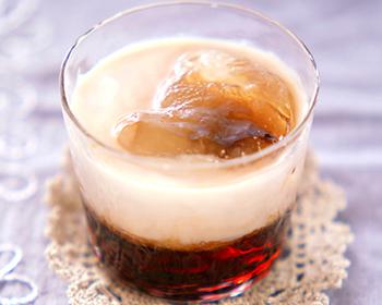 こちらはチョコレートリキュールとコーヒーリキュールの組み合わせ。牛乳との2層の色合いが綺麗♪お酒が苦手なら、お好みで炭酸水を足しても◎