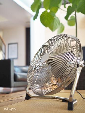 室内干しできる場合はエアコンの近くに干すのが理想ですが、風を作るだけならサーキュレーターも◎風向きも変えやすく、エコです。