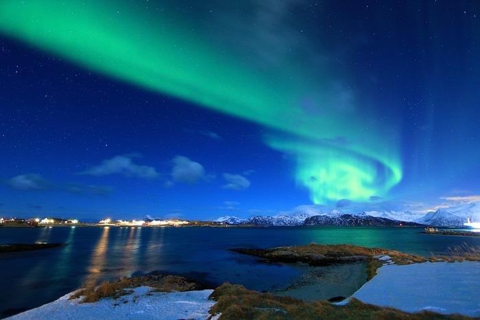 フランスやイタリアなど、日本から遠い国へ海外旅行慣れしていても、ノルウェーにまだ行ったことがないという方は多いかもしれません。しかし、フィヨルドやオーロラといった雄大な大自然で知られているとおり、ノルウェーにはこの土地でしか見られない美しい景色やその自然と絶妙に融合した町、文化が息づいています。