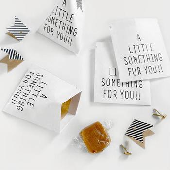 可愛すぎないユニセックスなアイテムを制作しているKNOOPWORKSの「テトラバッグ」。しっかりとしたクラフト紙で作られた珍しい形が特徴的です。袋を三角に立ち上げて使うので、中身が潰れにくいのが特徴的です。割りピンで簡単に封を閉じる事ができるので、取り出しも簡単なのがいいですね。