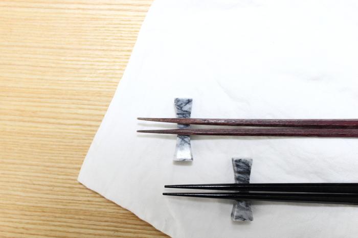 しかし、同じお箸を使い続けていると、塗りが剥げてしまったり、天然素材の箸は素地にシミができたり、雑菌やカビなどによる黒ずみが目立ったり、または反ったりしてしまいます。そのようなことから、一般的にお箸の寿命は、およそ1年と言われています。