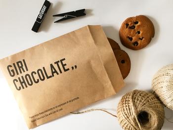 ソフトタイプのクッキーを数枚入れるのに便利なのが、マチなし「紙袋」です。表面にストレートなメッセージが書かれているのが特徴的です。