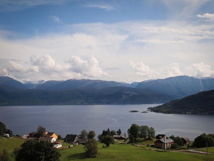 比較的穏やかな地形で、「女性的な美しさ」と言われるハルダンゲルフィヨルド。クルーズの旅では、四季の美しさや周辺の村々の眺めを楽しむことができます。