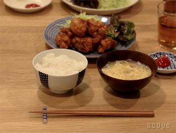 昔から日本で愛されて来た「道具」を現代の使いやすいデザインに改め、古きよき日本の道具の魅力を保ちつつ、機能性をアップさせている東屋(あづまや)が手がける木箸。