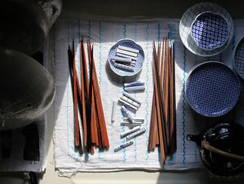 安心して使える無塗装の箸は、木を磨いて艶をだしているので、濡らした際に箸が水分を吸い、色が変わります。実は老舗の料亭などでは、お客さんに出す前に木地箸に水分を吸せ、艶を出しているそう。
