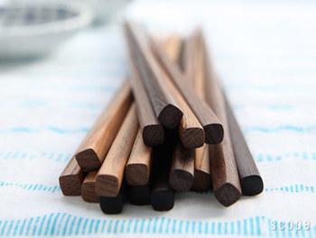 そんな老舗で選ばれている木地箸は、鉄刀木(たがやさん) と 黒檀(こくたん)の2種類があり、色が濃い黒檀の方が少し高価ですが、色が濃くなるにつれ木の固さも増して反りにくくなるそう。両方とも先が細く、側面が少し膨らんだフォルムをしており、持った時の感触も使いやすさも◎。