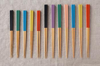 サイズは2種類あり、長さ20cmの「みやこ箸 小」は、黒、緑、青、黄、赤の全5色で、長さ22.5cmの「みやこ箸 大」は、黒、紫、緑、桃、青、黄、赤の7色があり、どれも華やかながら日本ならではのやさしい色合いなので、家族で色違いで揃えるのも素敵。