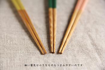 手に馴染みやすいように角型の持ち手は少しだけ丸みをつけ、そこから先端に向かって丸く細い形状は小さな米粒でも掴みやすいようになっています。