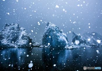 続いては、宮古市にある三陸を代表する景勝地・浄土ヶ浜です。地名の名前は、天和年間(1681~1684年)にここを訪れた和尚さんが「極楽浄土のようだ」と感動したことから由来されているように、鋭く尖った白い岩肌と海、空の融合はまさに絶景。冬になると、その絶景に雪が加わり、何とも息をのむ美しさが目の前に広がります。