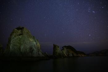 こちらは夜の一枚。空にオリオン座と冬の大三角が壮大に広がっています。冬の夜にじっと待つのは寒さが体にしみますが、この一枚を収められたら感動的ですね。