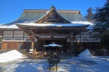 続いては、2011年に世界遺産に登録された平泉。平泉の中でも中尊寺は、冬になるとしんしんと降り積もった雪、澄んだ空がとても幻想的で、心が洗われる美しさを放ちます。せっかく訪れるなら、ガイドさんに案内してもらうと知識が深まりますよ。