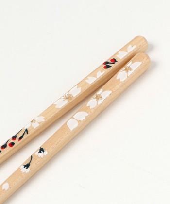上記と同じく、花づくし箸の桜。サクラの花びらが舞う上品なデザインで、より季節感あふれる優雅な箸はプレゼントにも喜ばれそう。