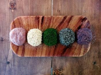 ■おはぎ各種 ちょこんと見た目にも愛らしいおはぎ。 小豆、青のり、くるみ白あん、黒豆きなこ、黒ごまの5種類を提供。 ひとくちサイズで気軽に食べられるのも嬉しいところ。