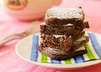 ブラウニーにアレンジするのもおすすめ♪食べ応えもあるので、小腹がすいた時に良さそうです。こちらのレシピのココアパウダーをキャロブに変えて作ってみてくださいね。