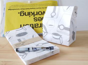 コーヒーと雑誌のイラストが入ったシンプルな「マチ付き封筒」。モノトーンの手書き風のイラストがおしゃれですね。
