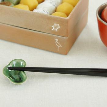こちらの「黒檀(コクタン)」を使ったお箸は、硬質で耐朽性に優れているだけでなく、見た目も重厚感があり美しく、サイズも長さが22.5cmと男女共に使いやすいので、お客様用のお箸にも重宝しそう。