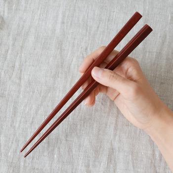 日本人の食事に欠かせないお箸。折れたり欠けたりしない限り、ずっと同じお箸を使っているという方も多いのでは。