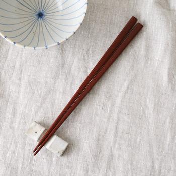 こちらは、「紫檀(シタン)」を使用したお箸。ローズウッドの別名として知られる紫檀も、硬質で耐朽性に優れています。同じくサイズは長さが22.5cmなので、上記の黒檀と揃えて夫婦で天然木のお箸を使うのも良いかも。