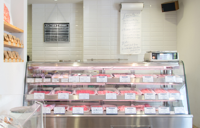 ショーケースには、新鮮な肉が並びます。 「どうやって食べようか?」 そんな相談をしながら買い物が出来るのも精肉店ならでは。