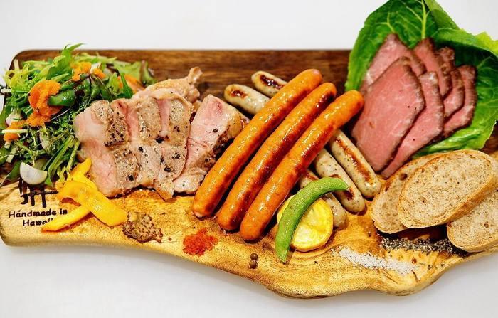 イートインでは、あなた好みのプレートを召し上がれ! 上質な肉を使い、職人と一緒に作り上げたというソーセージも絶品。
