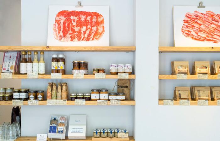 精肉のほかにも、加工品や素材のうまみを最大に生かせるような調味料も販売中。
