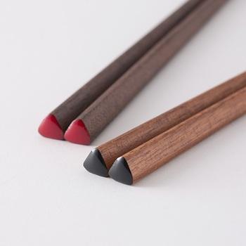 すっきりとした見た目で、どこか可愛らしい三角の形は、四角や丸いお箸とは異なる独特のフィット感が特徴です。