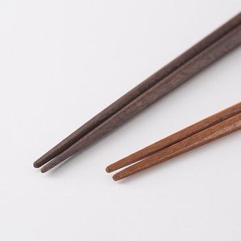 しかし箸先は四角く細くなっており、小さな食べ物も掴みやすくなっているので使い心地も抜群です。素材は天然木を使用しており、表面は本漆で仕上げられており、見た目も艶やかで上品な仕上がりになっています。