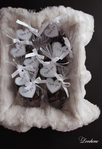 友チョコで配るちょっとしたチョコならこんな風に。色味をモノトーンで抑えるとぐっと大人っぽくまとまります。柔らかめの生チョコなどの場合は、厚紙をいれてあげると型崩れ防止になります。