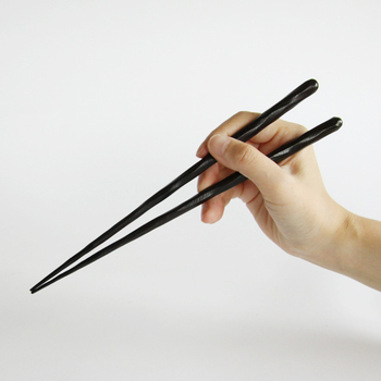 大正10年に若狭塗箸製造に従事し、 昭和35年に浦谷兵左衛門として製造販売業を開始した「HYOZAEMON(兵左衛門)」は「箸は食べ物です」をコンセプトに安心、全な箸作りと本物にこだわり続けています。