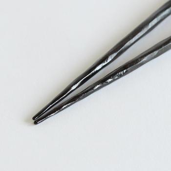 そんな、究極の使いやすさと持ちやすさを追求したHYOZAEMONが手がけるけずり黒壇箸先うるしは、箸全体に削りが施されているため、滑りにくく持ちやすく、機能自体がデザインになっている人気の箸です。