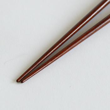 こちらは、焼き魚の小骨を取り易く、身をほぐしやすく工夫されている「焼魚の箸」。他にもHYOZAEMONには、刺身の箸や、うどんの箸、ラーメンの箸など揃っており、プレゼントにしたり、色々揃えて用途に合わせて使用したりするのも良さそう。