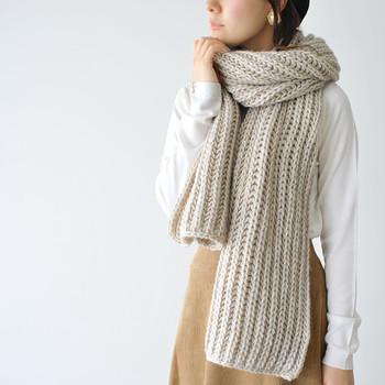 イタリアの老舗ブランドSantelli Francesca(サンテリフランチェスカ)から、大人可愛いマフラーが登場。ざっくりとした編み目がふんわり空気を含み、あたたかさバツグン。