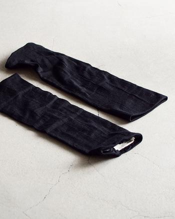 上質なエクストラファインウールと滑らかなシルクの二重編みでふんわり優しく編みあげています。足にも腕にもどちらにも使えるから、ひとつあるとなにかと便利です。