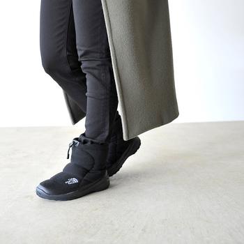 アウトドアブランドの老舗「THE NORTH FACE(ザ ノースフェイス)」で大人気のブーティーのアップデート版が登場。保温性にも優れた中綿仕様で寒い季節もぬくぬく♪アッパーには手触りもソフトなウールを使っているので見た目にもあたたかです。  撥水加工、軽やかであたたかな履き心地を叶える人工羽毛、雪道でも安心して歩けるアウトソールなど、アウトドアらしい機能性はさすが◎!