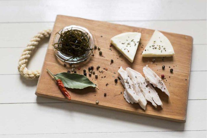 極細こんぶをポン酢に漬けておくだけで簡単常備菜になります。チーズや蒸し鶏などと一緒に添えればワインのおつまみにぴったりです!