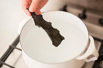 鍋に水を張り、根こんぶを1枚入れて、30分~1時間ほどそのまま置きます。