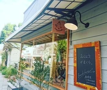 「おはよう、かまくら。」 あたたかみ溢れる言葉を掲げて、お客さんを迎え入れてくれるのは食堂「COBAKABA」。鎌倉駅東口を出てすぐ、鶴岡八幡宮に通ずる若宮大路に面したところにあります。ずっと地元の人々に愛され続けてきた定食屋が、2017年10月、朝をメインにした「朝食屋」としてリニューアルしました。